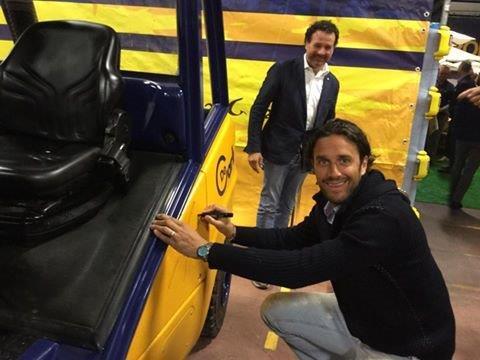 Der frühere Stürmerstar des FC Bayern, LUCA TONI, signiert einen Stapler bei unserem Kunden De Carli in Verona.