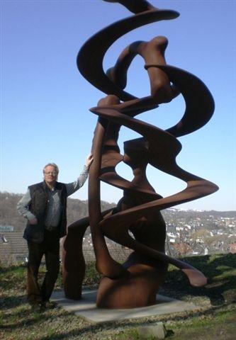 Zu unseren prominenteren Kunden zählt der international renommierte Bildhauer Anthony Cragg. Sein Werk zeichnet sich durch einen immensen Reichtum an überraschenden Formerfindungen und -konstellationen aus. Er lebt und arbeitet seit 1977 in Wuppertal. Im Jahr 2009 löste er an der Kunstakademie Düsseldorf Prof. Markus Lüpertz als Rektor ab.