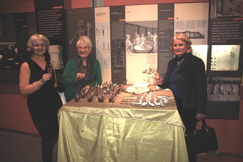 Die Leiterin des Römermuseums Quintana, Dr. Eva Bayer-Niemeier,  Halo Saibold (KGV) und  Amelie Gräfin von Montgelas mit leckeren Kostproben römischer Speisen.