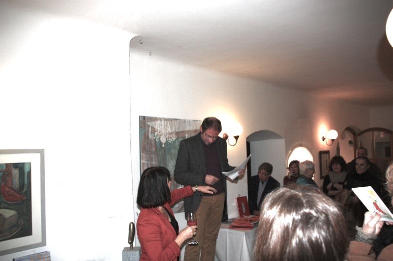 KGV-Vorstandsmitglied und Eat Art-Organisator Andreas Heckmann führt in die Kunst-Schau (bis Ende Februar 2015) ein.