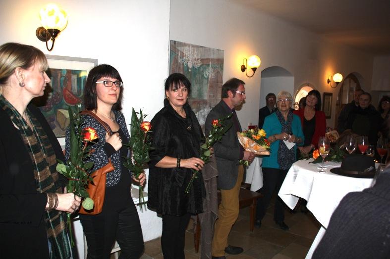 KGV-Vorstandsmitglied und Menü-/Vortrags-Organisatorin Halo Saibold begrüßt Künstler und Gäste im Wittelsbacher Zollhaus