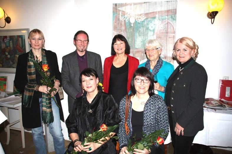 Gruppenbild mit Künstlerinnen und Organisatorinnen (hinten v.l.): Anette Smolka-Woldan, Andreas Heckmann, Erika Schwitulla, Halo Saibold und Amelie Gräfin von Montgelas; vorne v.l.: Regina Schmidtmayer und Eva Kühberger.