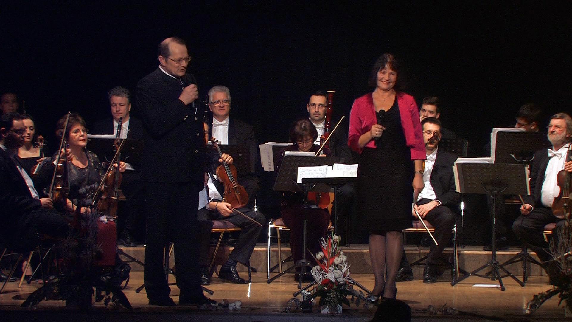 Die Moderatoren Dr. Herbert Wurster und Erika Schwitulla (2. und 1. Vorsitzende des Kultur- und Geschichtsvereins Vilshofen).
