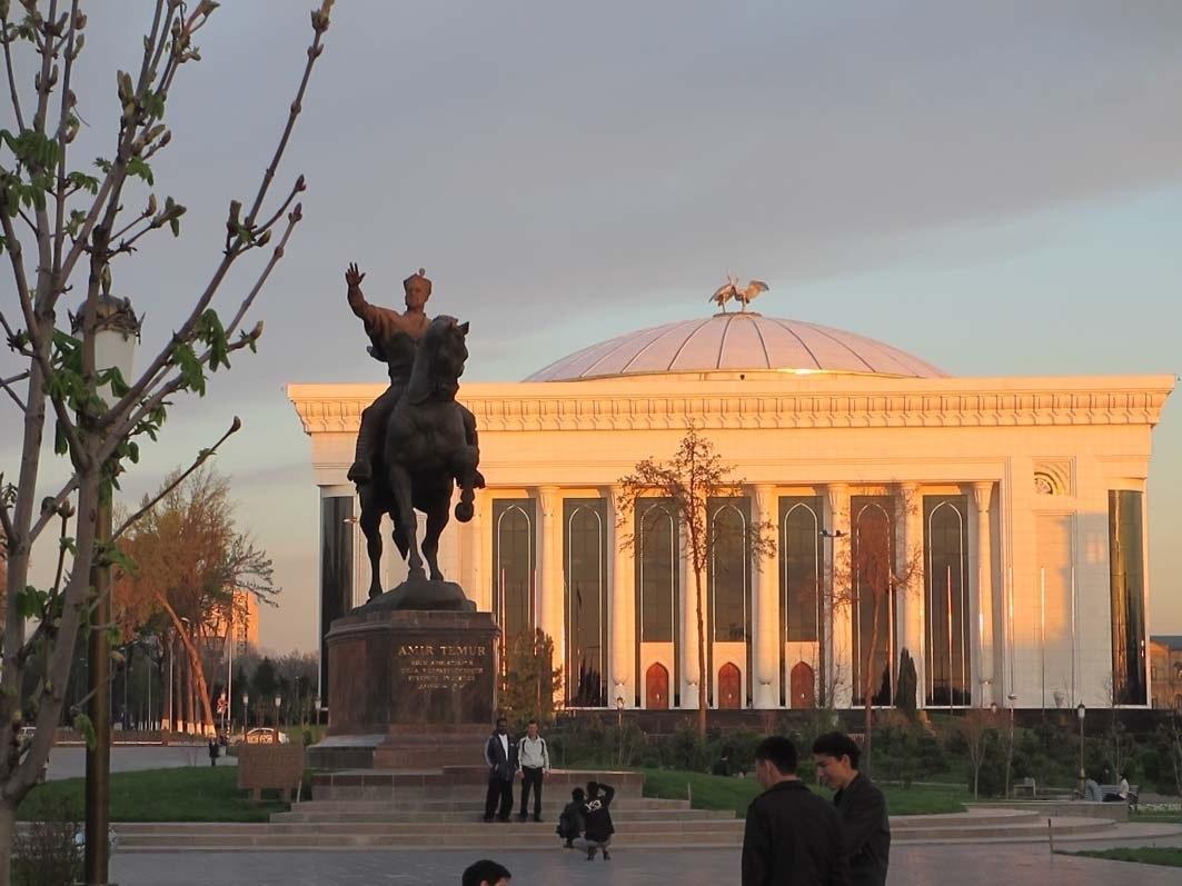 Letzter Tag in Taschkent – Timur-Standbild in der Abendsonne